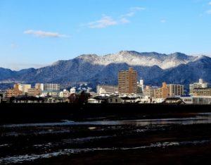 河口から見た極楽寺山の雪景色