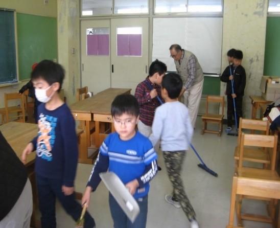 活動終了後の参加者全員で部屋の清掃風景