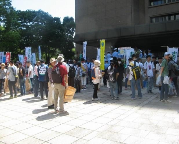 広島市役所正面玄関前にて集合