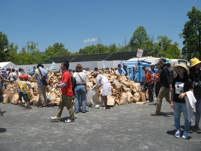 回収された可燃ごみの山